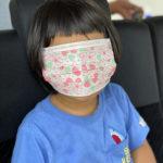 マスクで顔面を覆った男の子